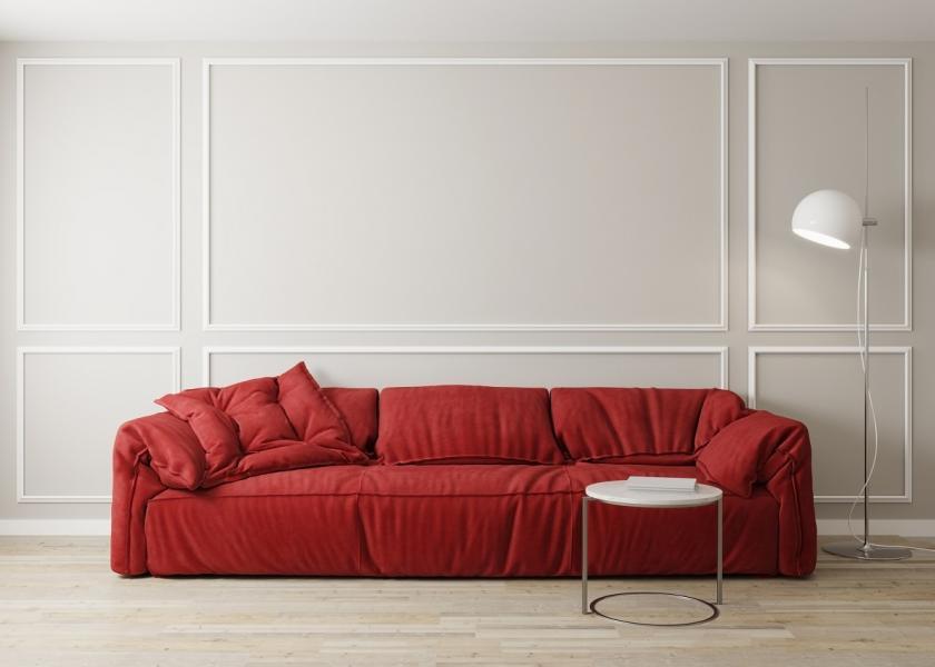červený gauč bílé stěny