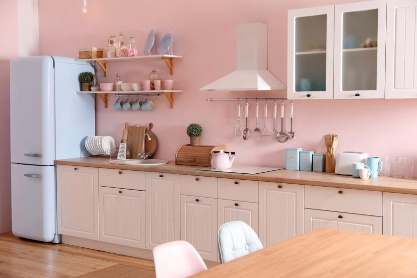 lednička v růžové kuchyni