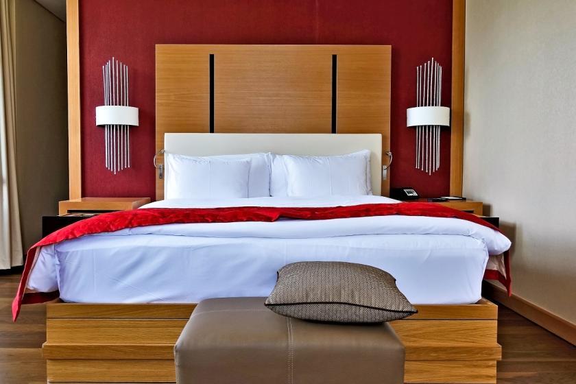 červená barva v ložnici