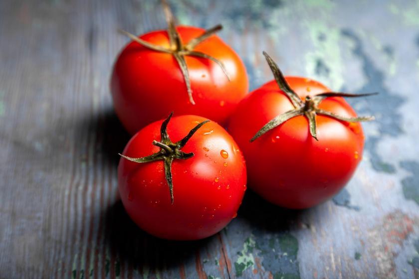 tři rajčata na stole