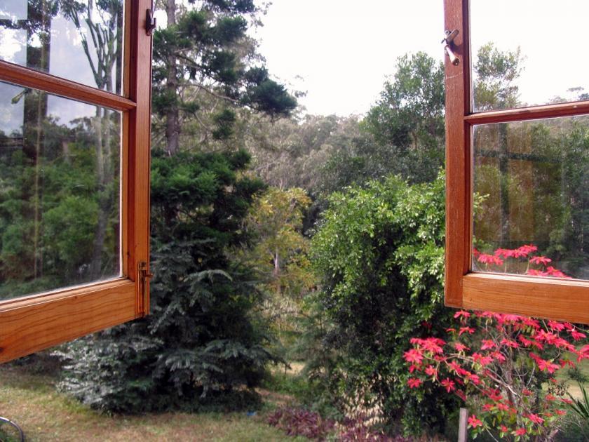 dokořán otevřené okno