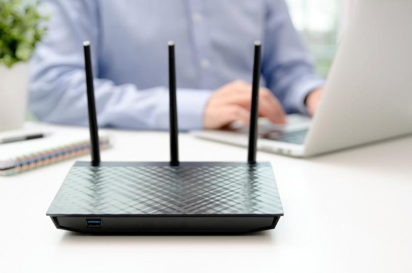 router na pracovním stole