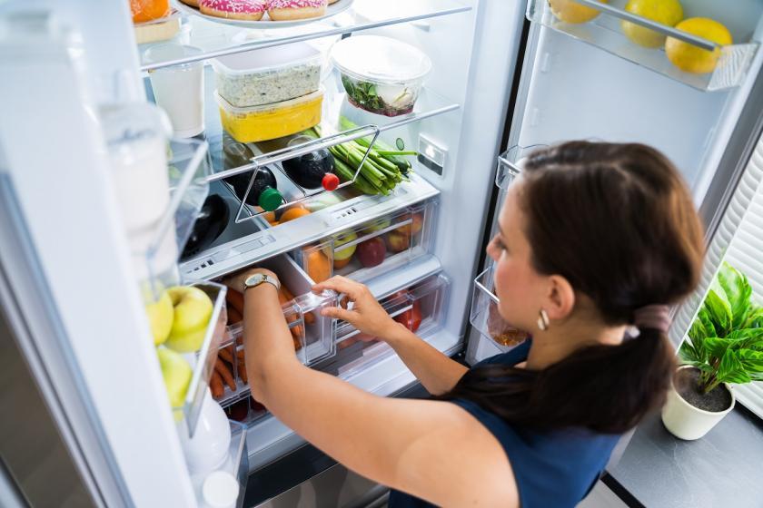 žena ukládající potraviny do lednice