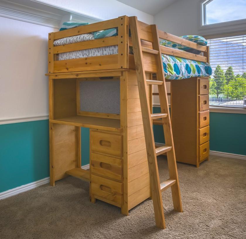 postel a vestavěné patro