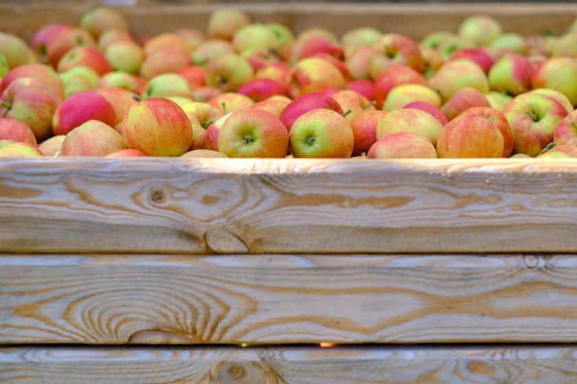 jablka v dřevěné bedýnce