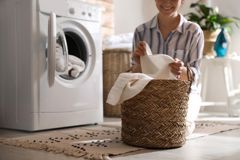 pračka a koš na prádlo
