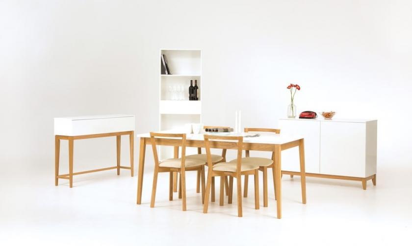 velký stůl s bílou deskou